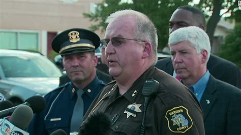 Officer In Michigan by Michigan Shooting Inmate Kills 2 Bailiffs Sheriff Says