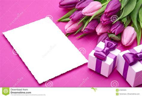 fiori e regali fiori e regali freschi tulipano immagine stock