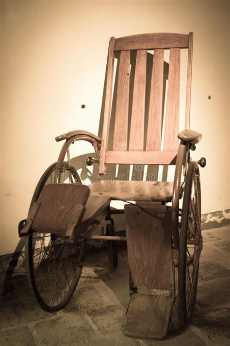 acquisto sedia a rotelle sedia a rotelle antica immagine stock immagine di
