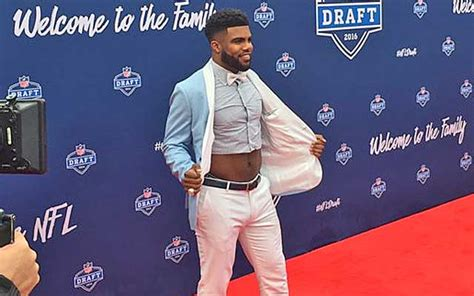 look ezekiel elliott is only wearing half a shirt at the