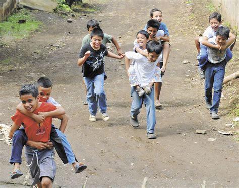 imagenes de niños jugando al trompo universitarios llevan los juegos del ayer a los ni 209 os de
