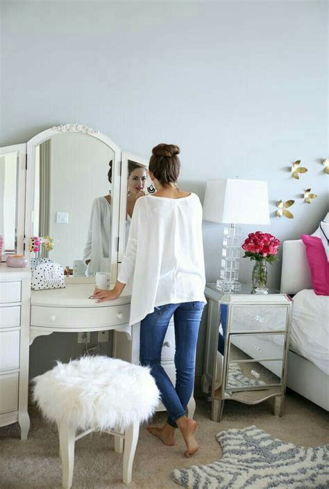 Where To Put Vanity In Bedroom by 1000 Ideas About Bedroom Setup On Table