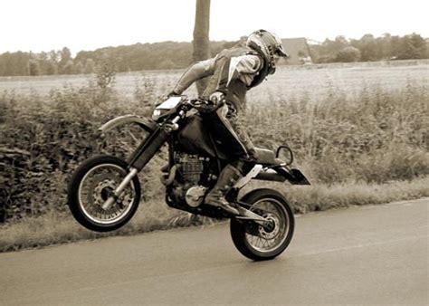 Cross Motorrad Wheelie by Stunts