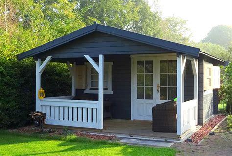 skandinavisches gartenhaus gartenhaus mit veranda gem 252 tlich vorm gartenhaus entspannen