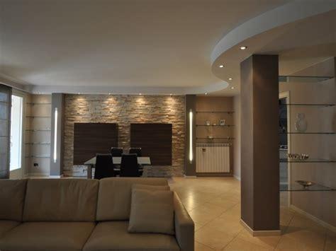 soggiorno con muro in pietra soggiorno pietra ricostruita idee per il design della casa