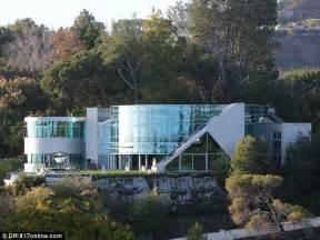 Justin bieber parades around beverly hills mansion with platinum hair