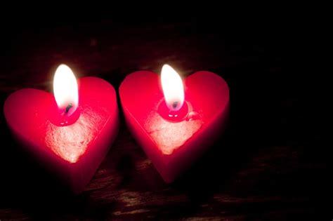 candele rosse bruciando a forma di cuore candele rosse scaricare foto