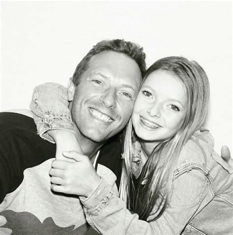 apple martin and chris martin chris martin do coldplay ensina filha a tocar beatles no