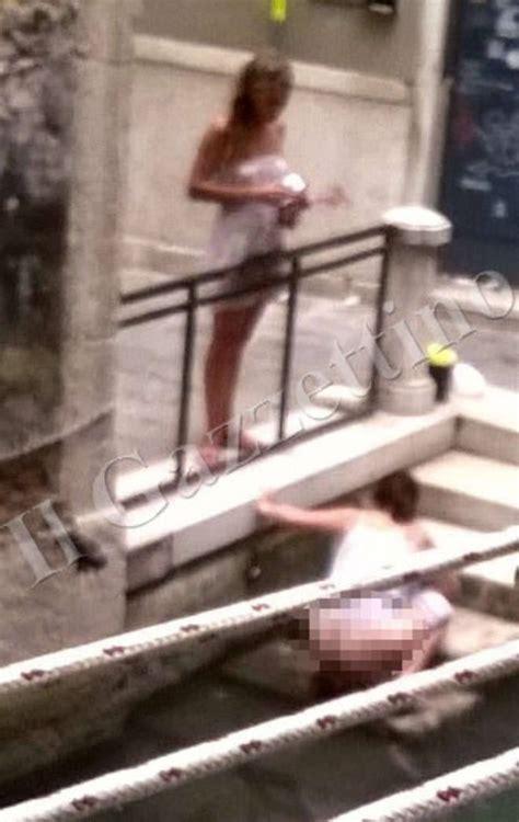 persone fanno l in bagno il degrado a venezia turisti fanno la pipi e la