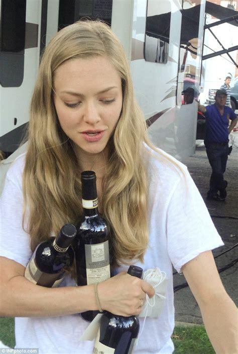 Gamis Amanda Set amanda seyfried juggles bottles of wine on the set of ted