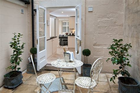 roman spa townhouse tipsy hens abbey mews georgian townhouse self catering cottage for