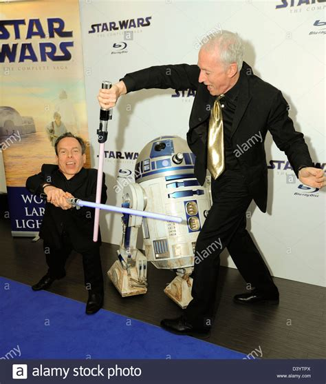 anthony daniels star wars kenny baker and anthony daniels at the star wars blue ray