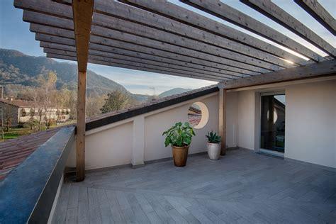 terrazzo sul tetto liamento in legno sul tetto a revine lago daniele