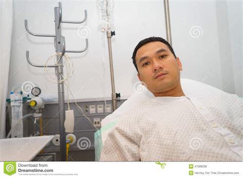l uomo cancro a letto uomo nel letto di ospedale fotografia stock immagine di