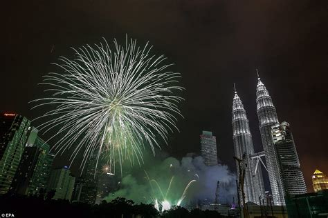 new year 2015 malaysia new year s fireworks include special ww1 poppy