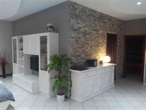 soggiorno con parete in pietra parete salotto in pietra idee per il design della casa