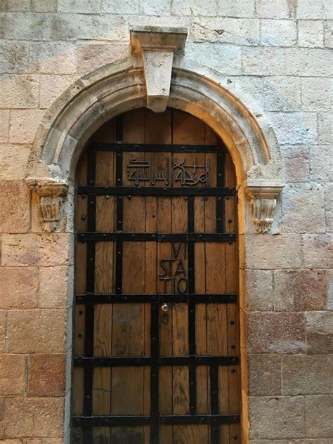 gratis afbeeldingen hout antiek venster gebouw muur boog facade poort steen deur