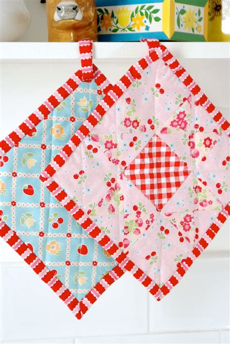 Quilted Potholder Tutorial by Messyjesse A Quilt By Fincham Kitchen Pot