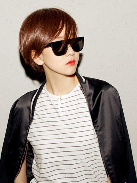 model rambut pendek wanita  menarik  wajah oval