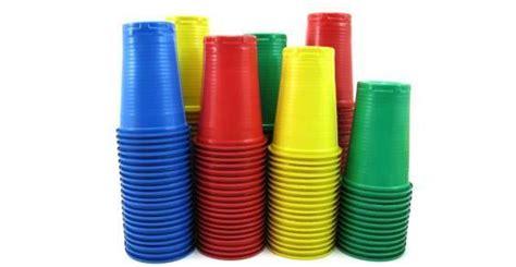 ladario con bicchieri di plastica 7 modi per riutilizzare o riciclare creativamente i