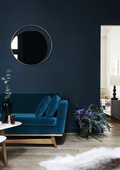 Charmant Choisir Couleur Peinture Salon #2: 0-couleur-de-peinture-bleu-foncé-fauteuil-bleu-sol-en-parquet-quel-mur-peindre-en-couleur.jpg