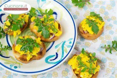 cucinare rucola bruschette con uova strapazzate e rucola cucinare it