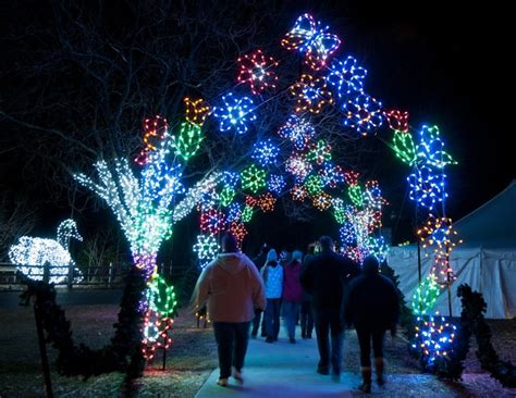 Wild Lights At The Detroit Zoo This Holiday Season Wxyz Com Zoo Light Show