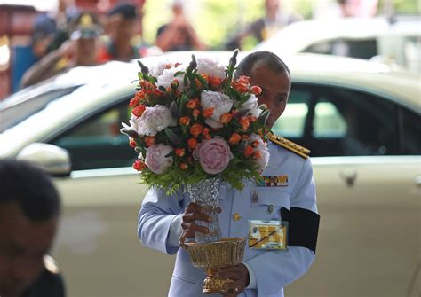 send flowers and gifts to singapore using local flower thai king and princess send flowers and baskets to