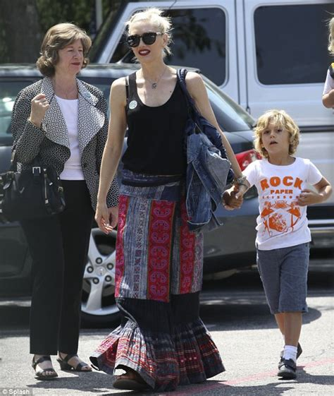 How Gwen Stefani Spent Mothers Day by Gwen Stefani Gets Carnations From Two Matching