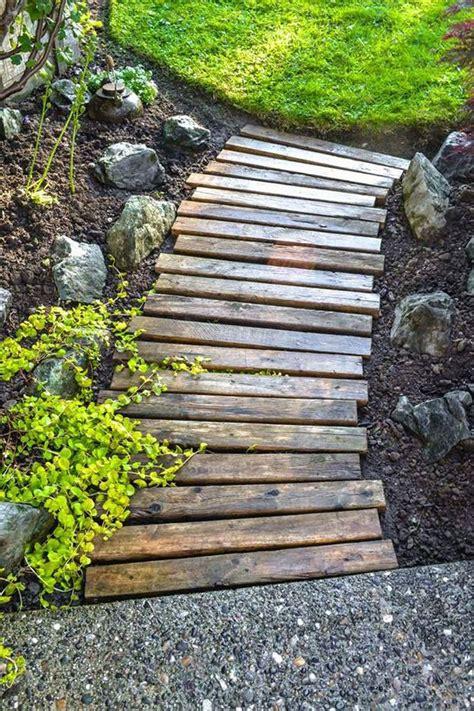 vialetto giardino fai da te idee giardino fai da te vialetto legno home stuff