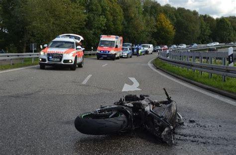 Motorrad Karlsruhe by Kreis Karlsruhe Motorradfahrer Schleudert Gegen