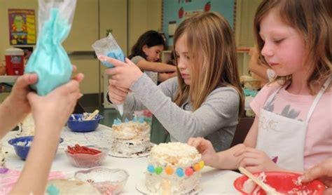 kids find fun  frosting  cake boss class