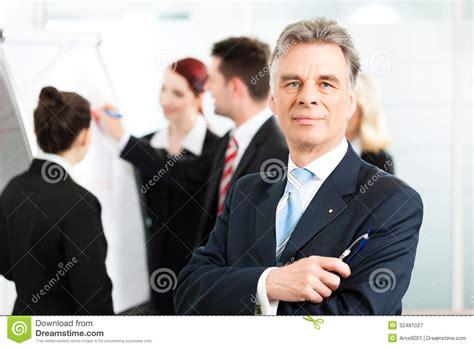 capo ufficio sta gruppo di affari con il capo in ufficio fotografia stock