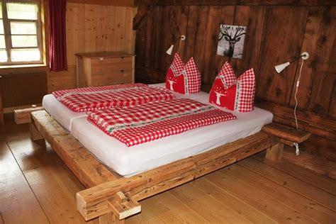 ferienhaus obergeschoss rustikales balkenbett aus altholz