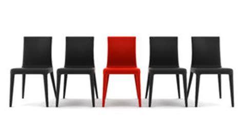grote rode stoel grote en kleine fiets stock foto afbeelding 39877153