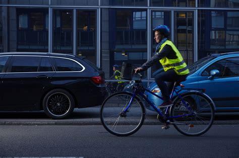 Auto Bild Fahrradfahrer by Fu 223 G 228 Nger Und Radfahrer In Der Dunkelheit Helle Kleidung