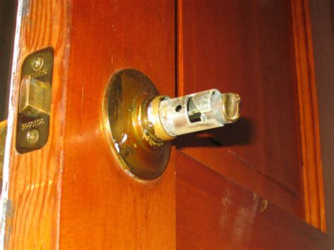 Removing Door Knob With Screws by Remove A Door Knob That Has No Screws Mike S Tech