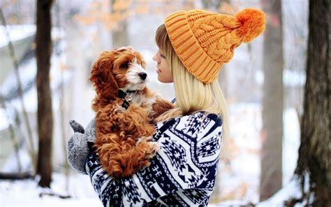 mujer se pega con su mascota los perros y los adolescentes cuida tu mascota