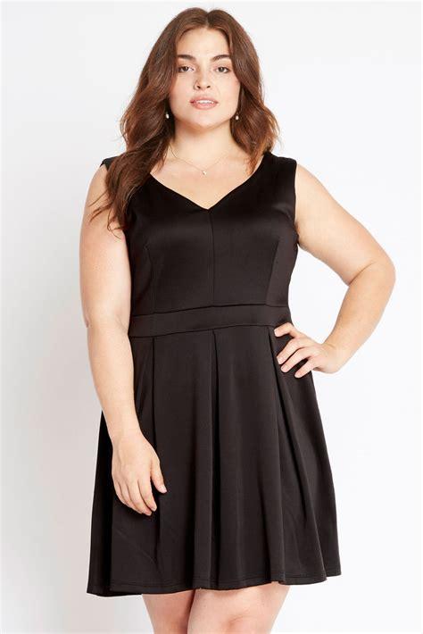 beautiful figure flattering black dress pizzazz  fashion