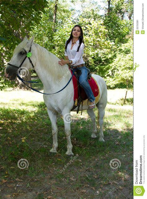 animalismo mujer folia con caballo mujer con el pelo negro en un caballo blanco imagen de
