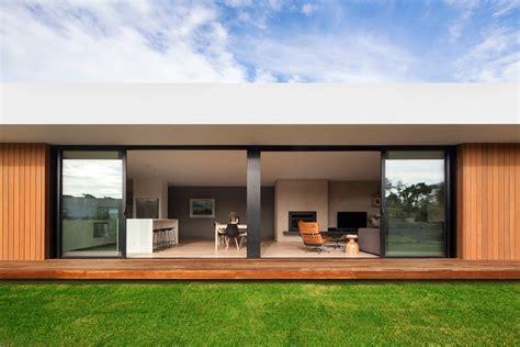 imagenes de casas minimalistas en australia fachada de madera y cristal en una casa moderna de