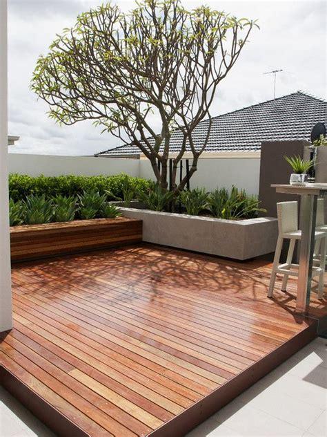 garten und terrassenmöbel terrassen ideen garten holzboden betonmauer hecken