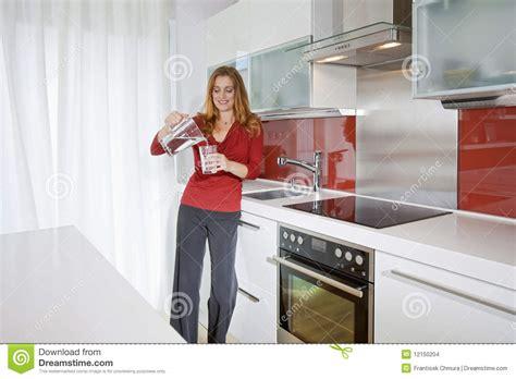 femme a la cuisine femme dans la cuisine moderne images stock image 12150204