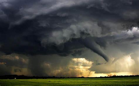 foto foto badai tornado  menyeramkan