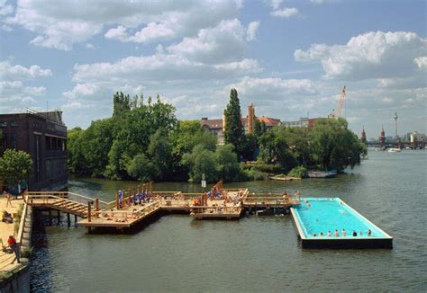 swimming pool  spree river berlin par fernando menis