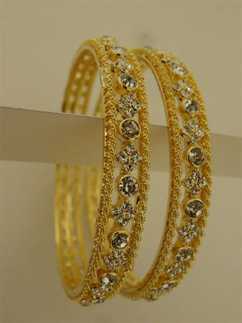 pattern of gold bangles alternating white stones in gold bangle set jewelberry shack