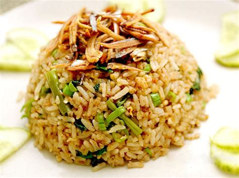 sarapan semakin nikmat  sajian nasi goreng ikan asin