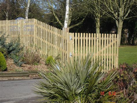 Metal Garden Fencing by Wood Metal Garden Fence Holder Fences