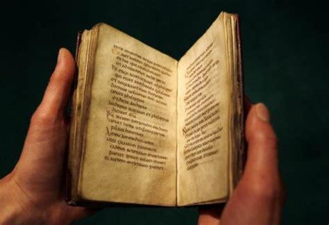 libro in the time of encuadernacion al poder el evangelio de san cuthbert el libro intacto m 193 s antiguo de europa