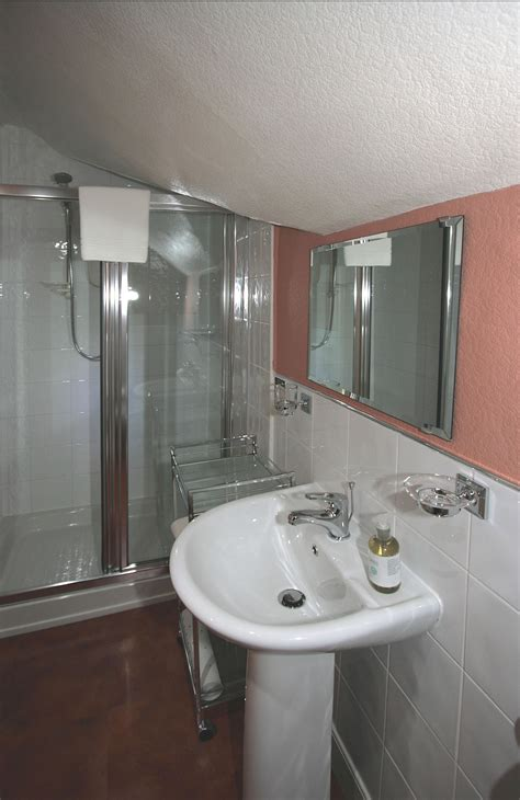 guest room bath in writer s home houses for rent in newport bedroom 5 bathroom crow how country guest house